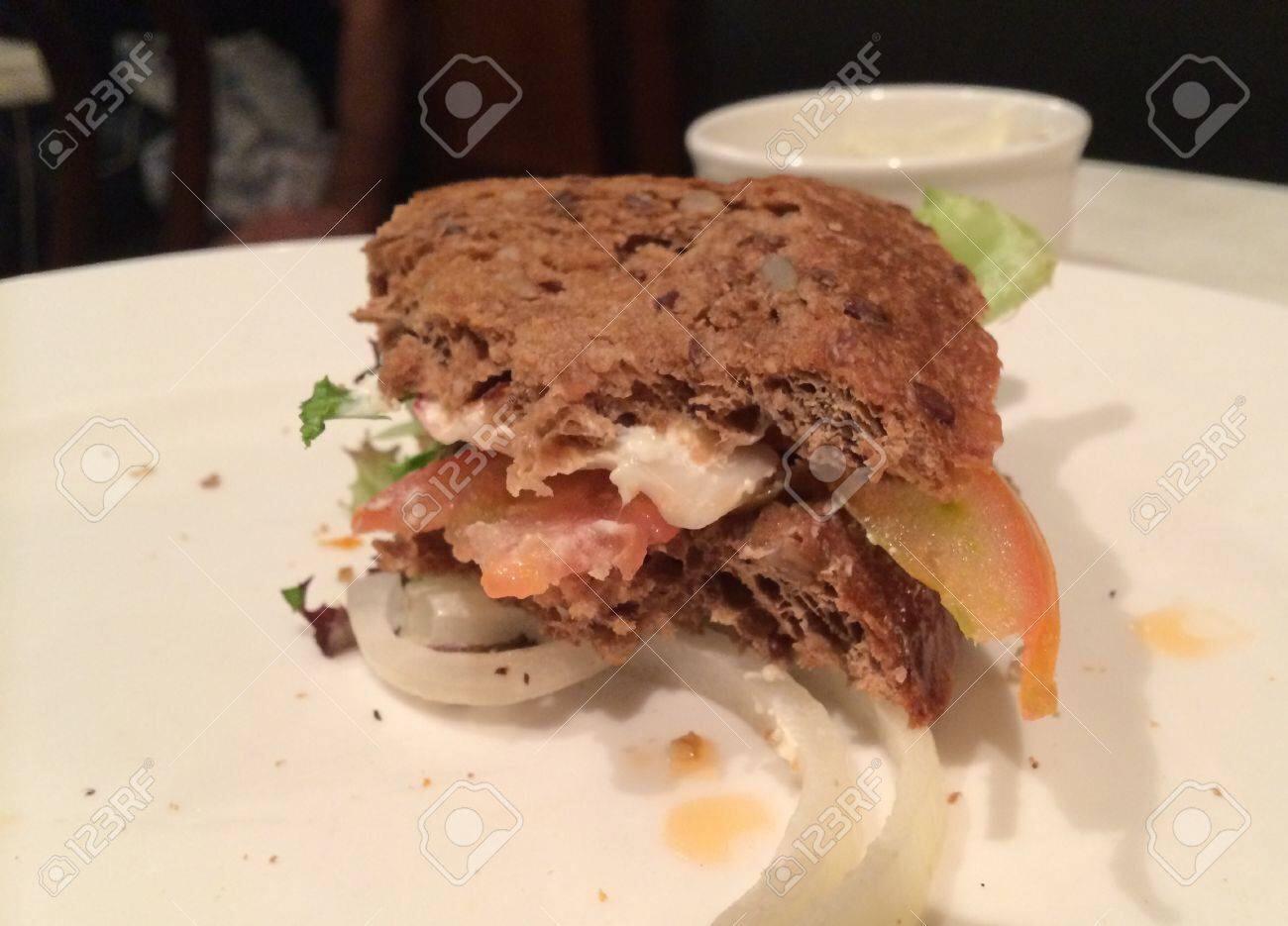Dal sito https://it.123rf.com/photo_26632951_panino-mezzo-mangiato.html